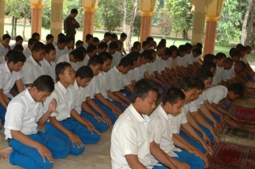 Solat Berjamaah di Mushola Sekolah