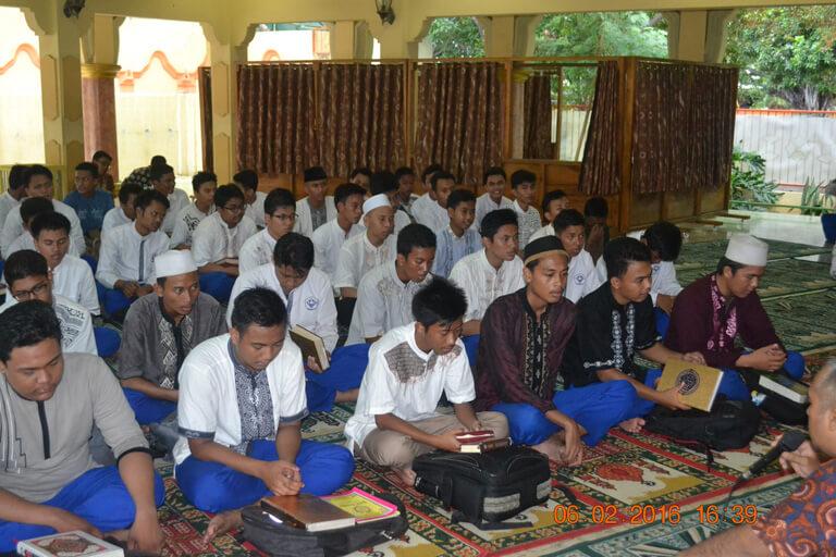 Pengajian siswa agar memiliki bekal agama